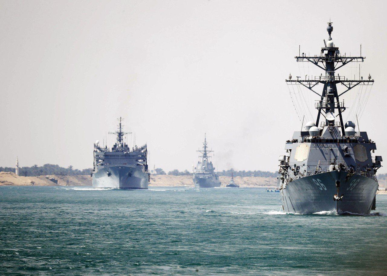 林肯號航母打擊群通過蘇伊士運河畫面。美聯社