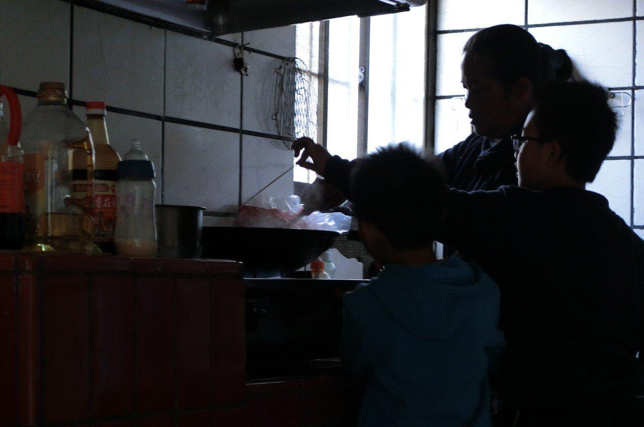 祖孫在廚房裡忙進忙出,麵裡加上自己種的青菜,打上蛋花,就是米其林等級的美食。...