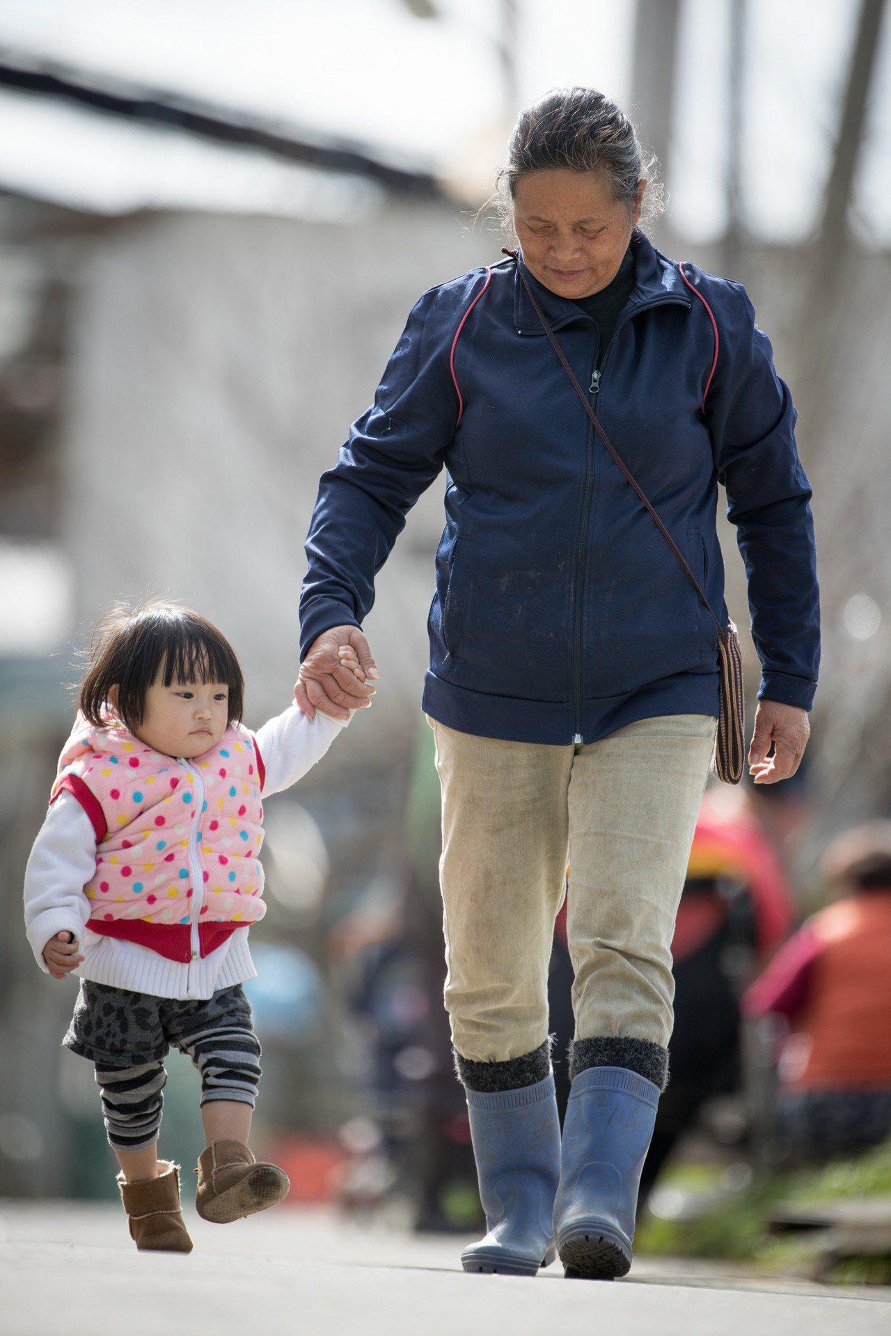 水蜜桃阿嬤多年來「嬤代母職」拉拔8個孫子長大。本報資料照