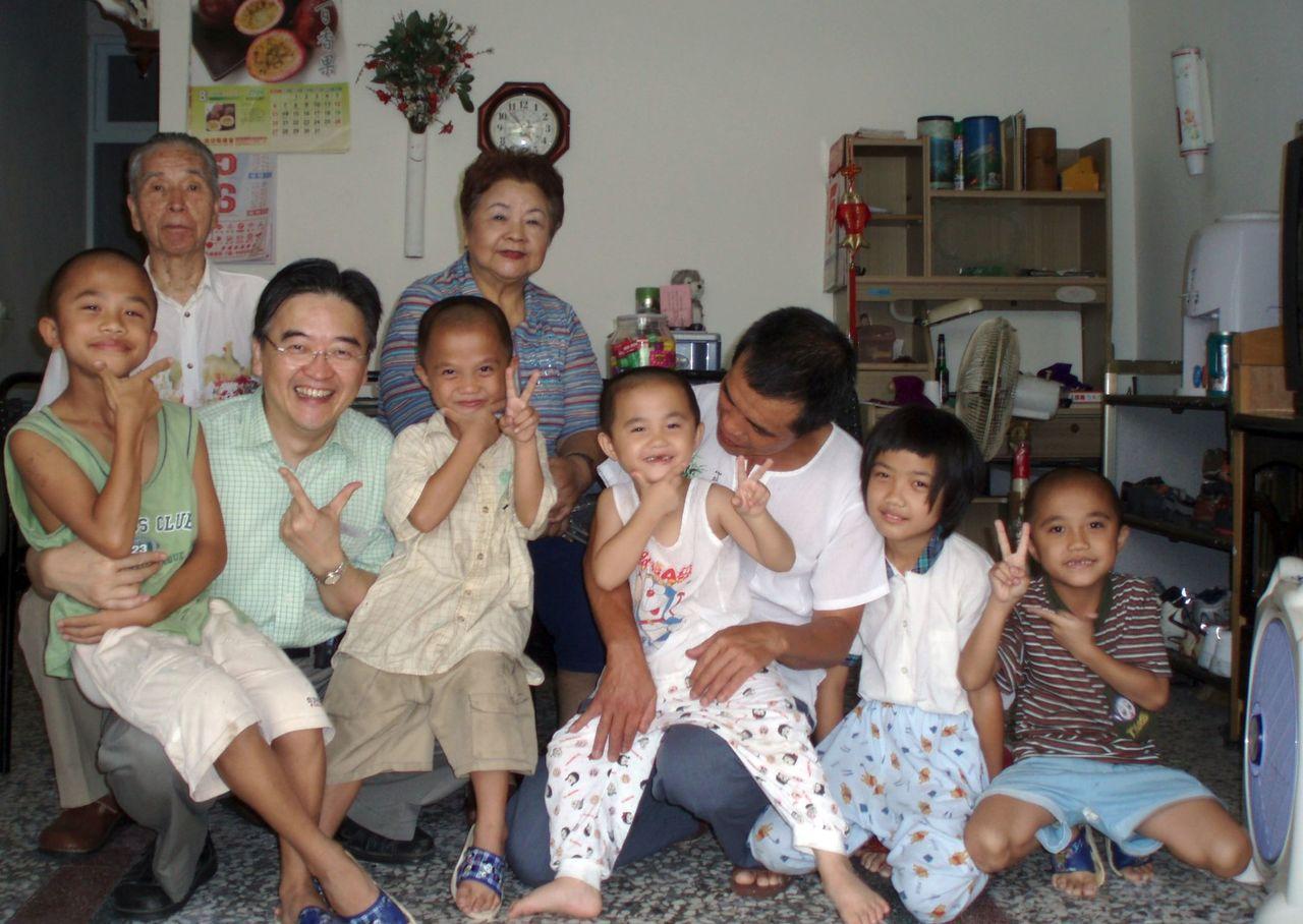 醫師周希諴(左二)在魏家兄妹兒時,常探訪魏家。圖/周希諴提供