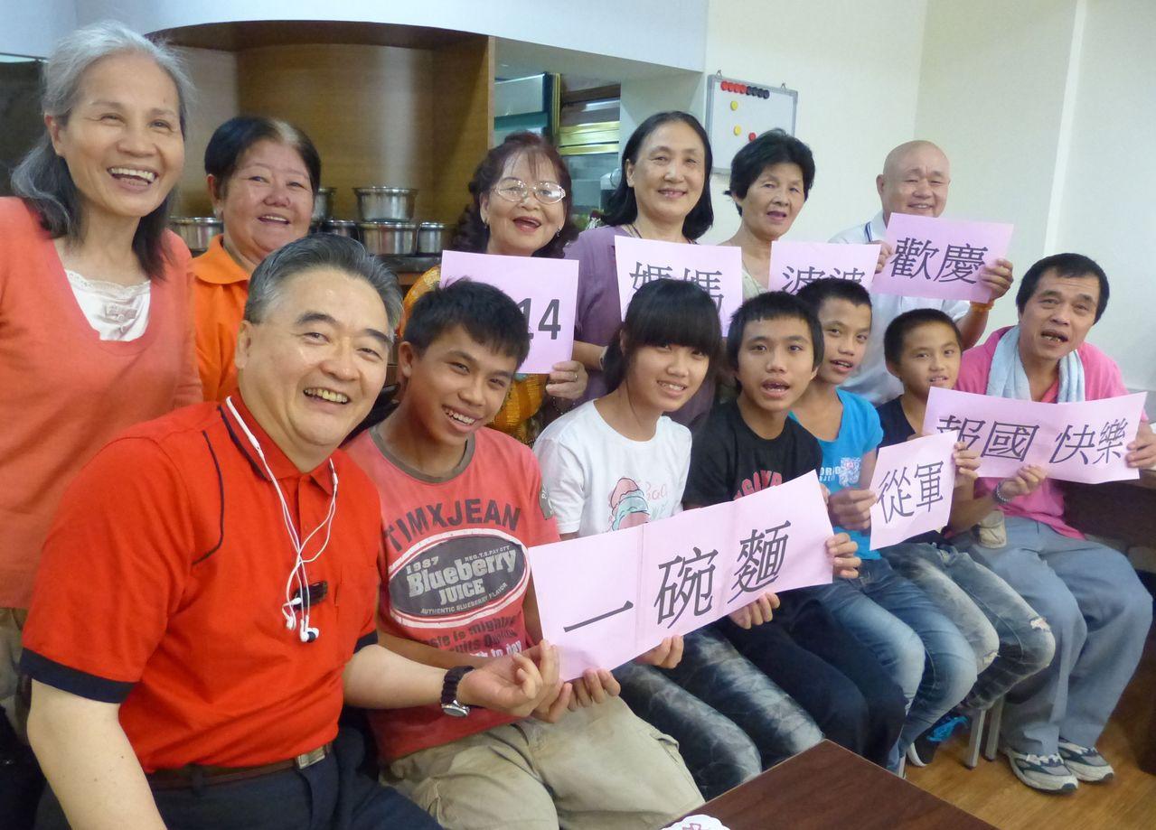 魏冠宇(左二)入伍前,周希諴(左一)為他辦了個餞行宴,魏家兄妹(左三起)和爸爸全...