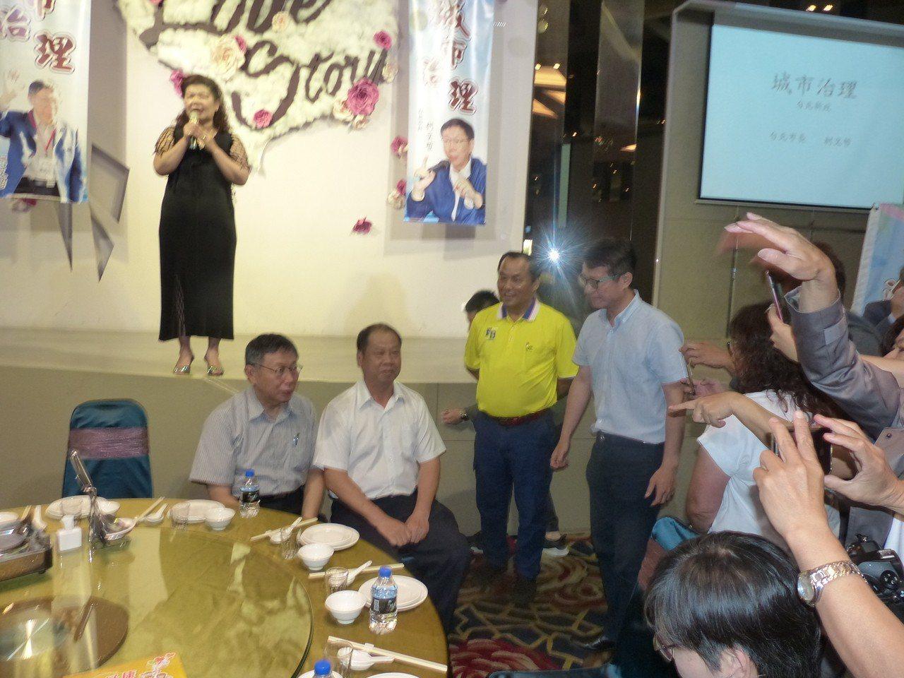 台北市長柯文哲今天上午應彰化縣中小企業協會邀請,以「城市治理」為題發表演講,與會...
