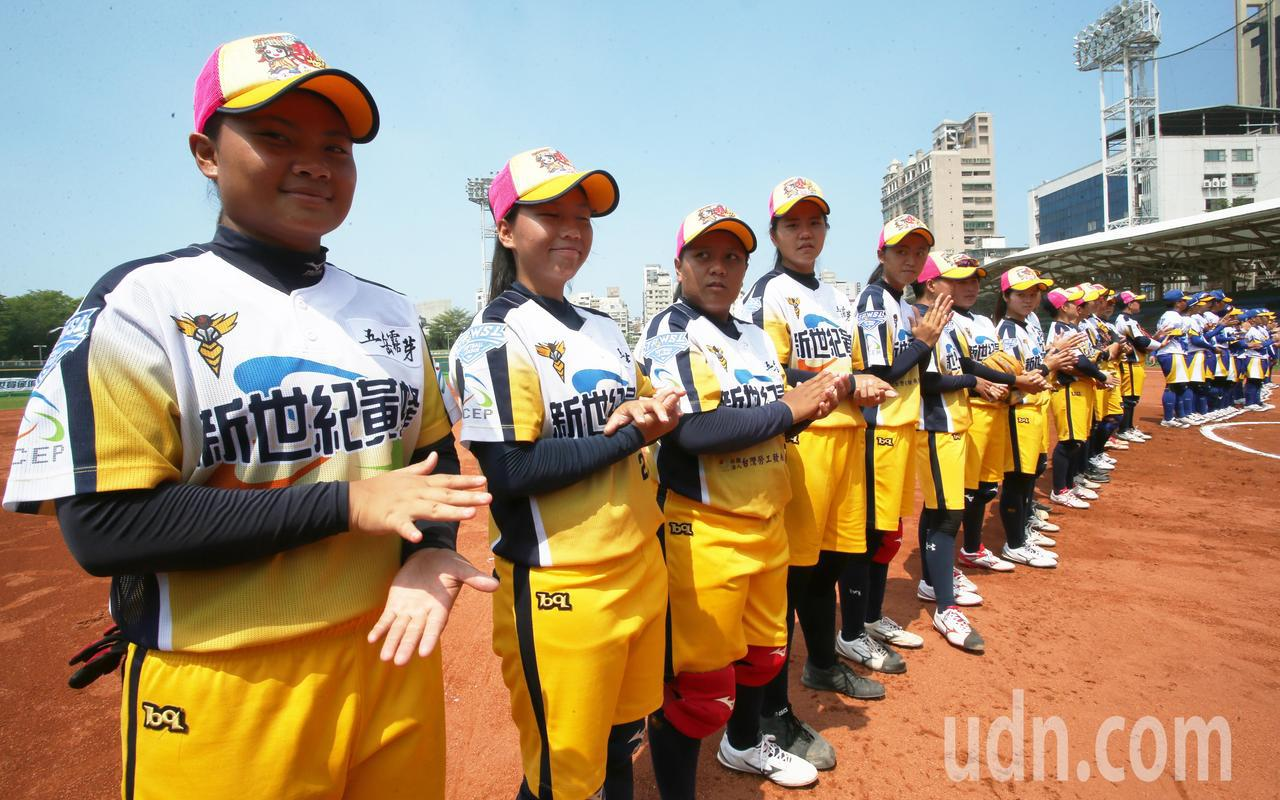 2019新力旺企業女子壘球聯賽今天在高雄市立德棒球場強勢開打。記者劉學聖/攝影