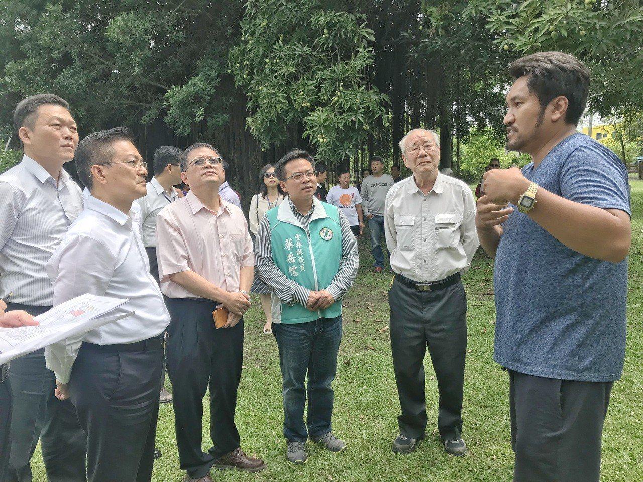 地方文史人士向台水董座魏明谷說明北港的水道頭歷史。記者蔡維斌/攝影