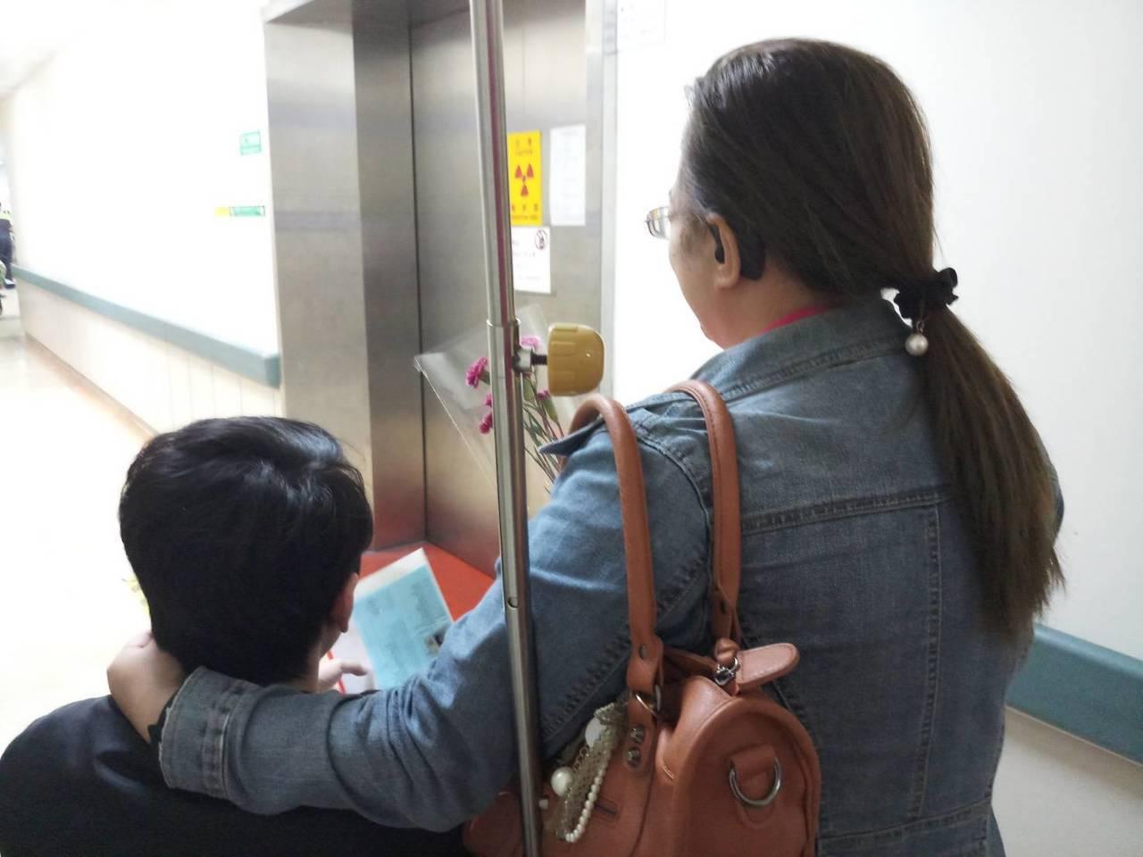 張姓婦人陪著離散23年的兒子到醫院檢查,溫馨互動讓人動容。圖/新竹市政府提供