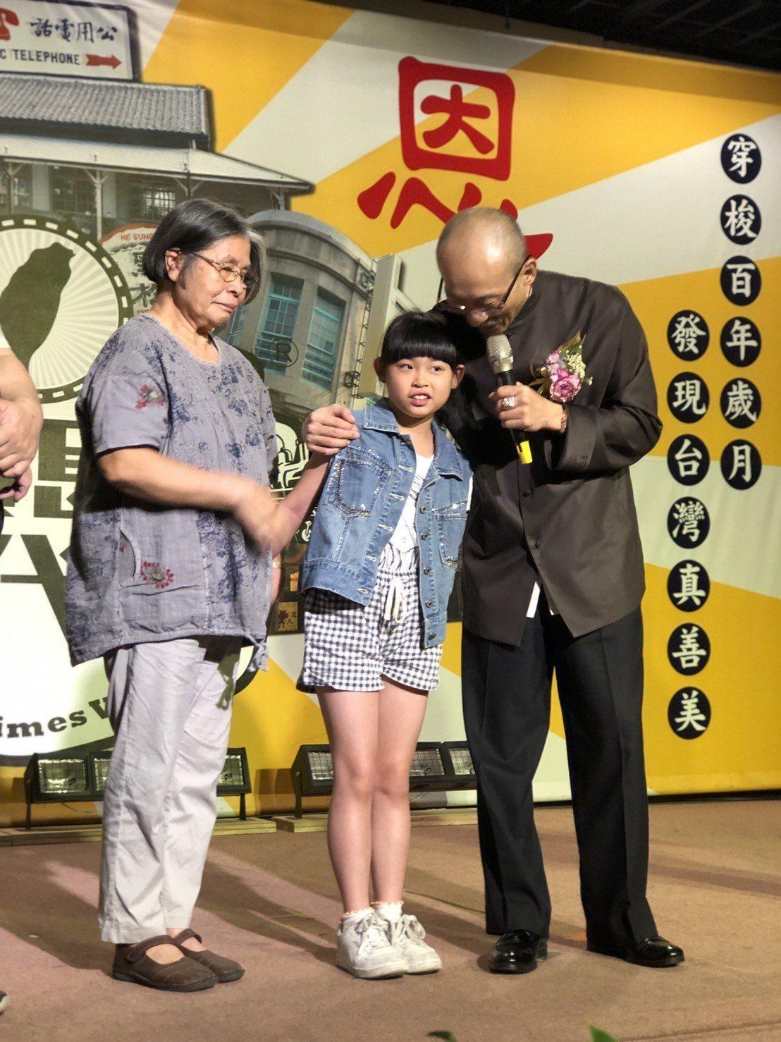 寶島時代村今天重新開幕,江欽良(右)關懷隔代教養的祖孫,但沒有看到小潘潘的身影。...
