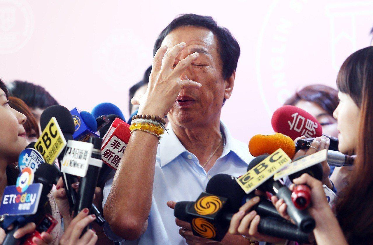 郭台銘針對日前幫攝影記者綁鞋帶一事提出說明,他說,當天攝影記者就站在他面前,鞋帶...