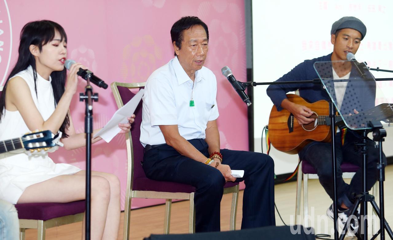 郭台銘(中)在「永齡華人抗癌聯合行動」周年記者會開場表演時,上台與歌手一同唱「寶...