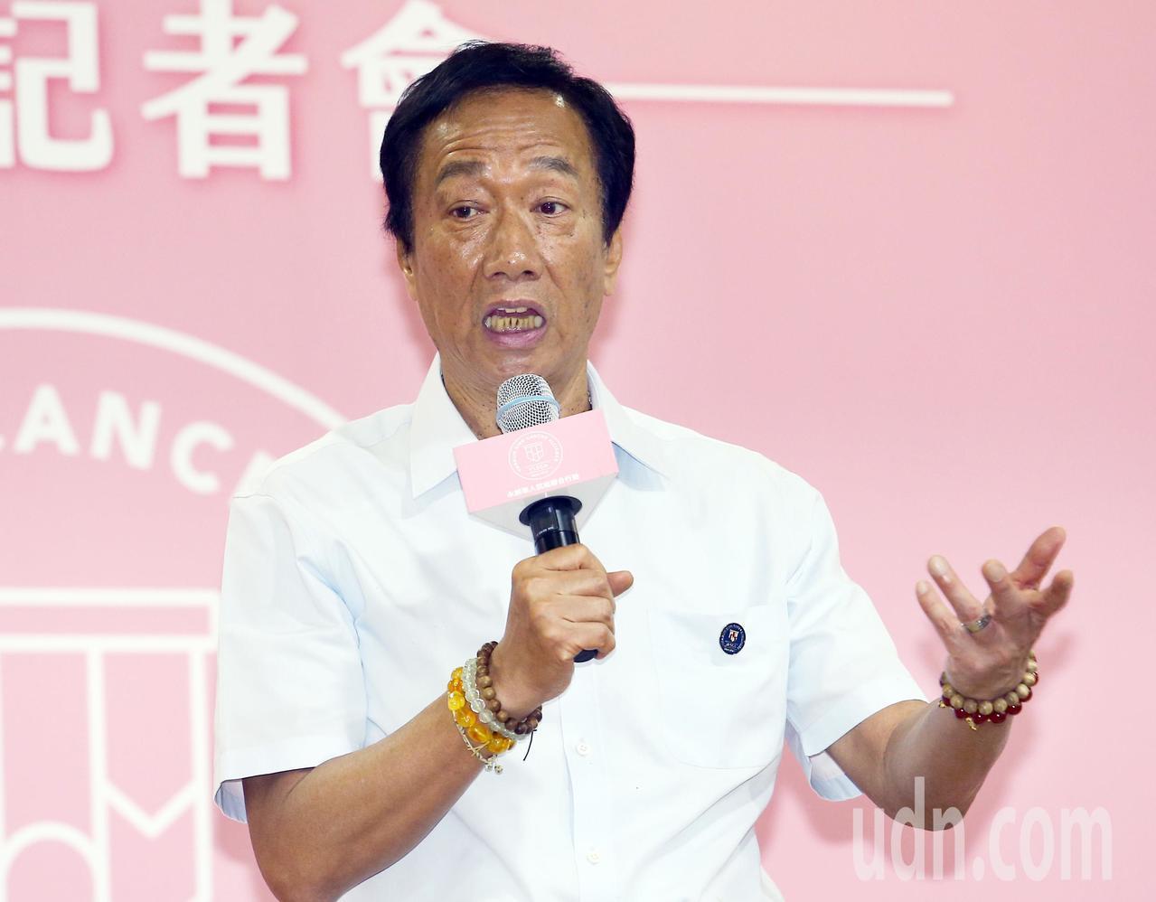 郭台銘在致詞時向蔡英文總統喊話,他說蔡英文只是「半個經濟人」,而自己是「整個經濟...
