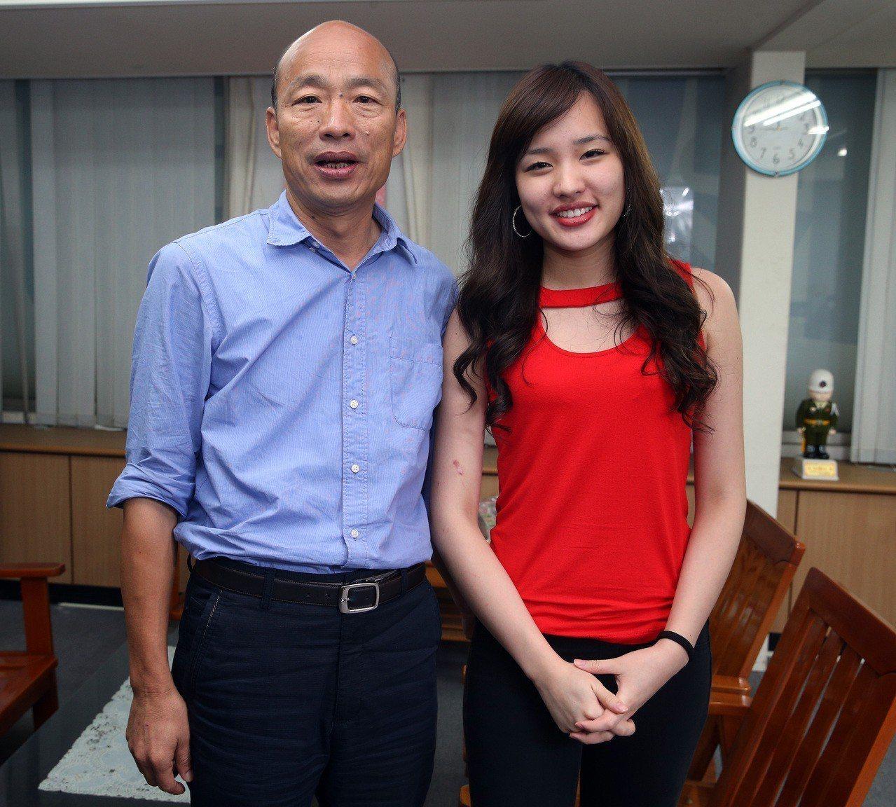 高雄市長韓國瑜(左)女兒韓冰,網路人氣不輸韓國瑜。本報資料照片