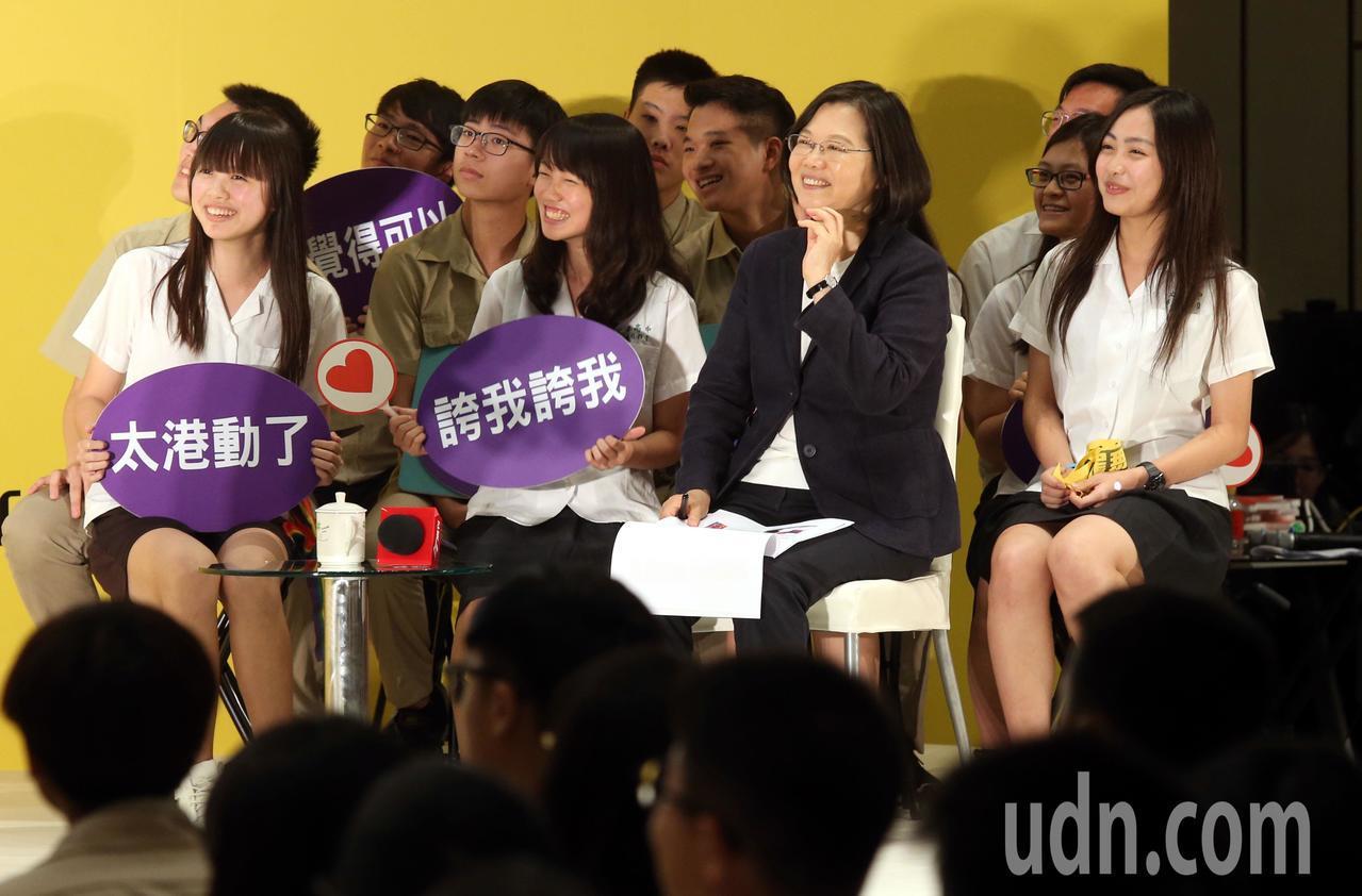 蔡英文總統今天出席與高中生論壇 「青春破框」活動,蔡總統簡單致詞後,聽取「靜態組...