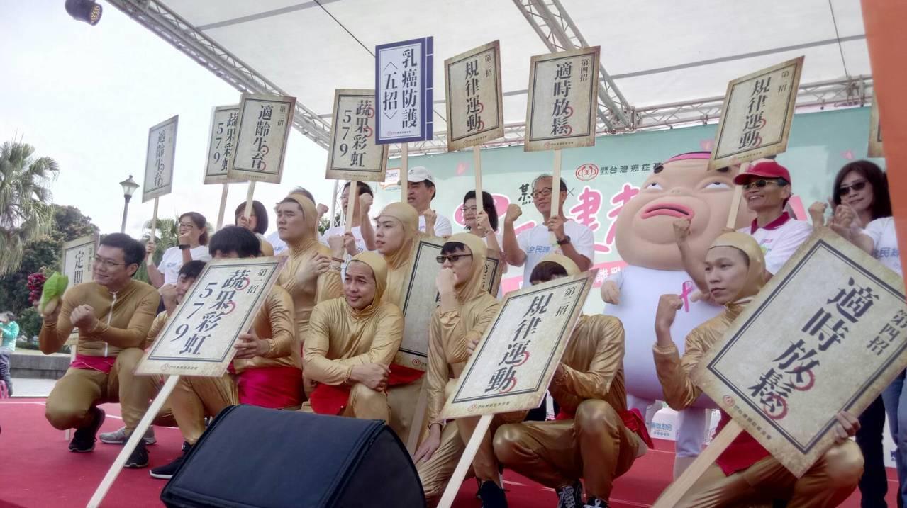 台北市副市長鄧家基帶領10位男護士組成護士銅人陣,現場傳授最新的少林絕學「防癌護...