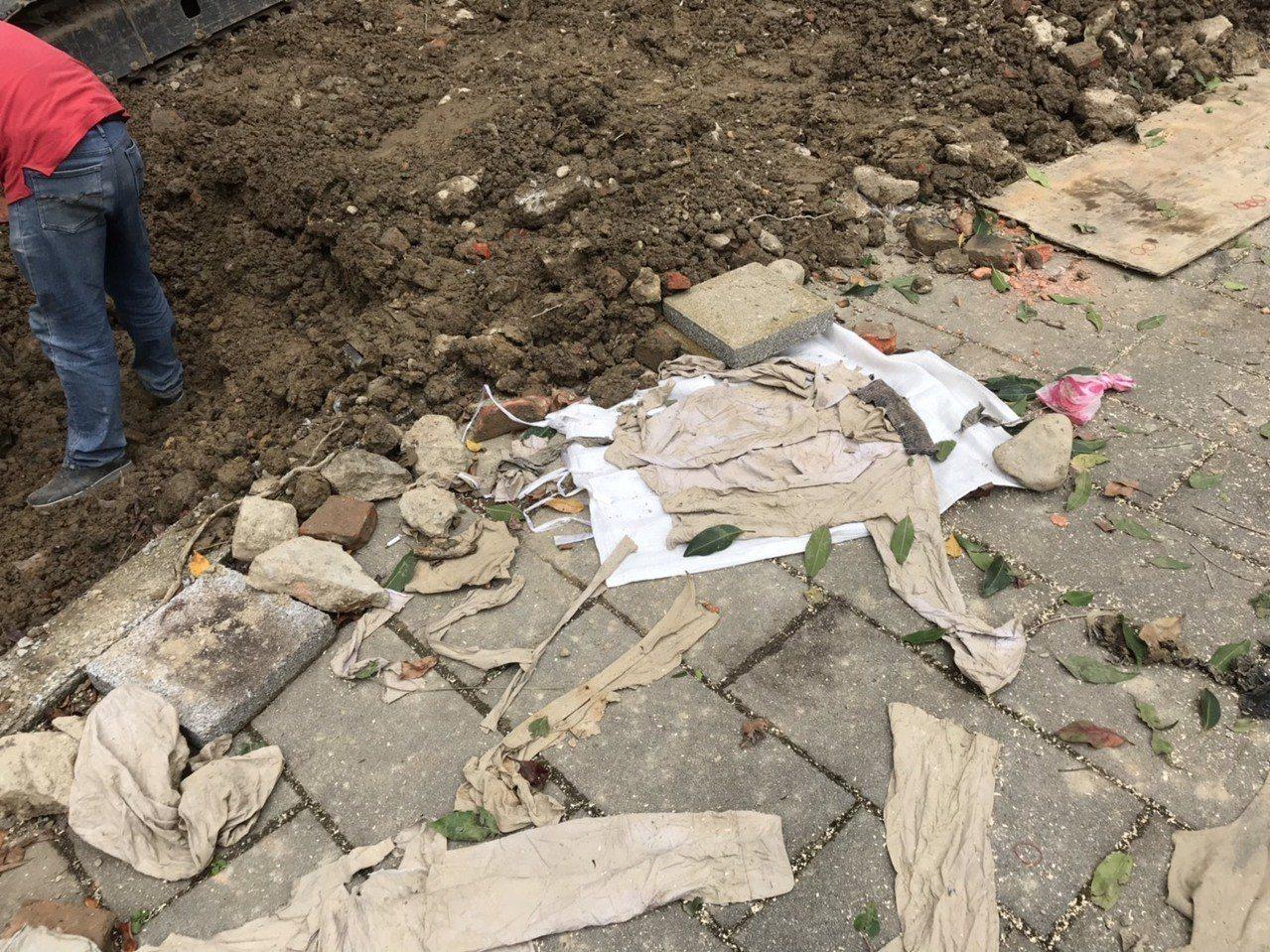 北市龍山國中施工過程挖出許多衣物。圖╱龍山國中提供
