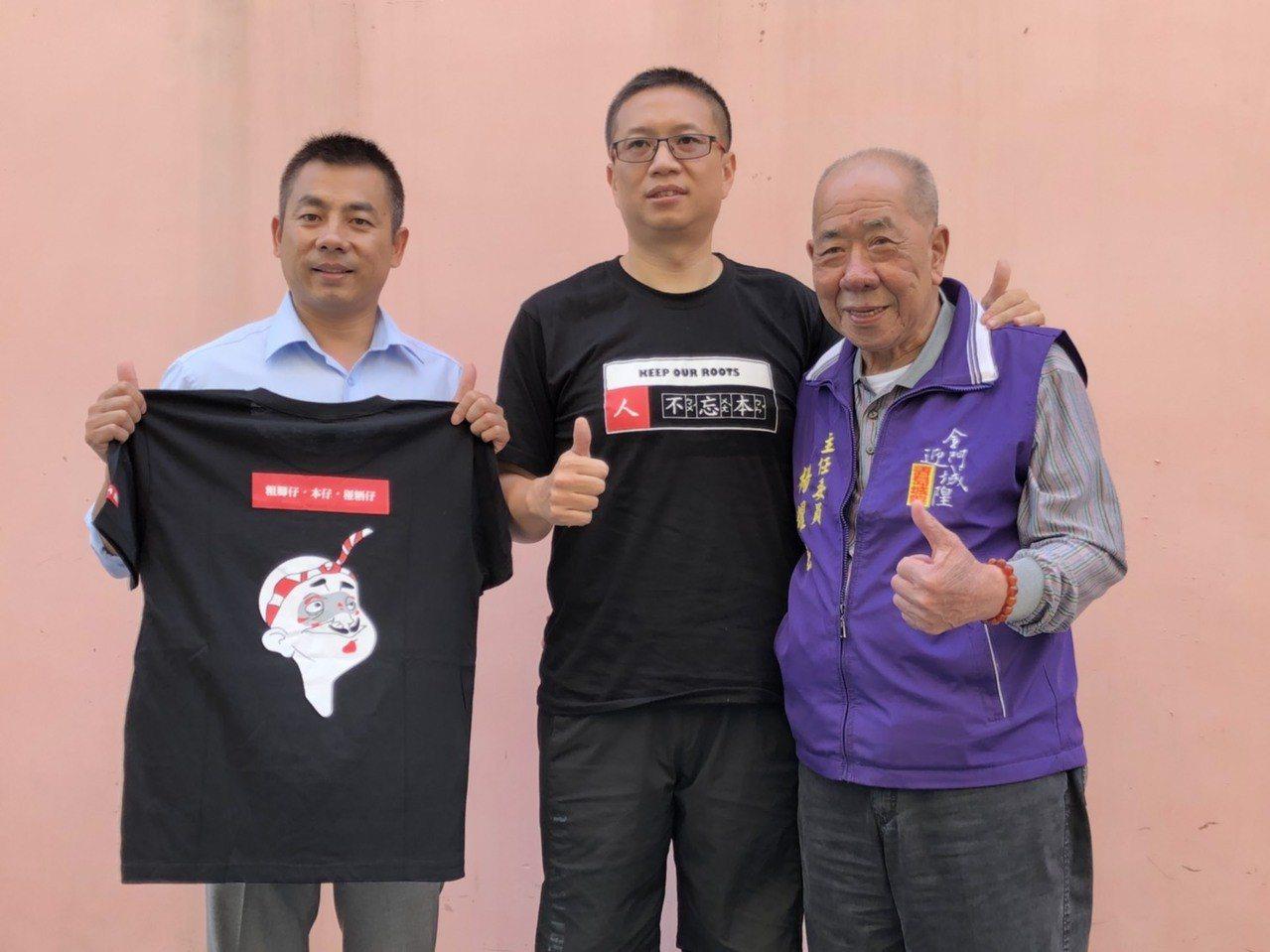 知名的楊基教育機構創辦人、也是青創楷模演講名人辛炳巍(中)此次也捐出700件紀念...