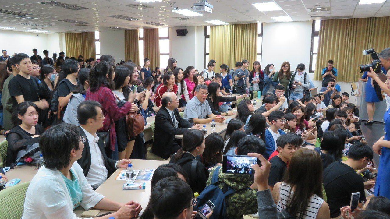 台北市長柯文哲今下午到中山醫學大學演講,柯文哲說成功秘訣是論語提到的「恭己正南面...