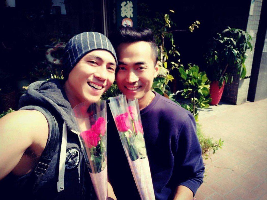 莊凱勛(左)去年母親節和哥哥去買花,送給媽媽、嫂嫂、老婆。圖/凱渥提供