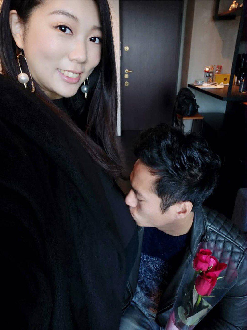 去年母親節,老婆待產時,莊凱勛送上康乃馨親吻。圖/凱渥提供