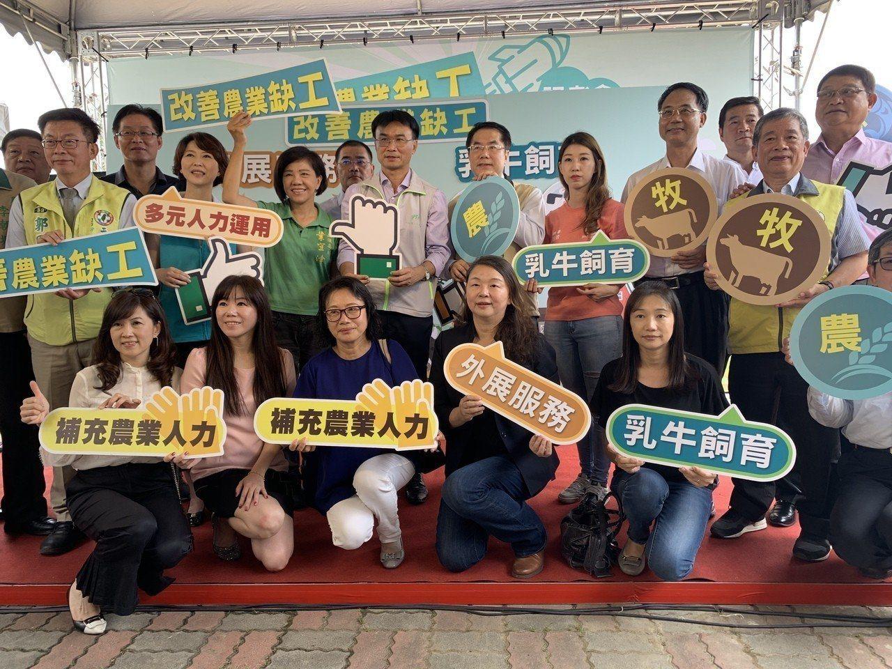 農委會主委陳吉仲今天在台南市柳營酪農區宣布「農業外勞」正式啟動。記者吳淑玲/攝影