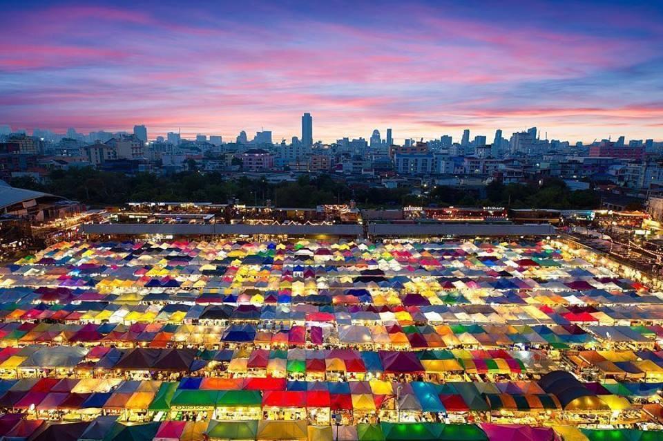 泰國首都曼谷的拉差達火車夜市入夜前景色。拉差達火車夜市交通方便,向來是自由行與背...