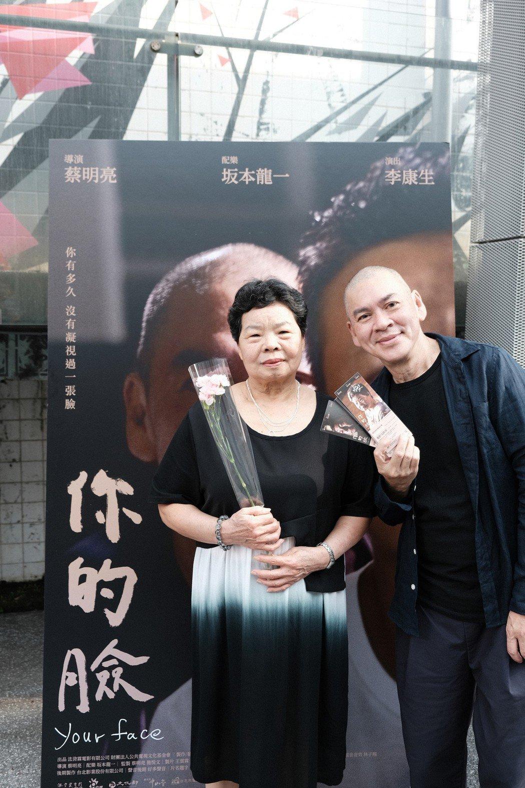 蔡明亮(左)與李康生的媽媽李劉金花女士(右)合影,慶祝母親節。圖/汯呄霖提供