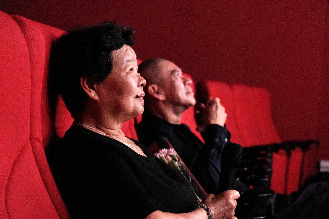 蔡明亮(右)與李康生的媽媽李劉金花女士(左)共同欣賞電影「你的臉」。圖/汯呄霖提...