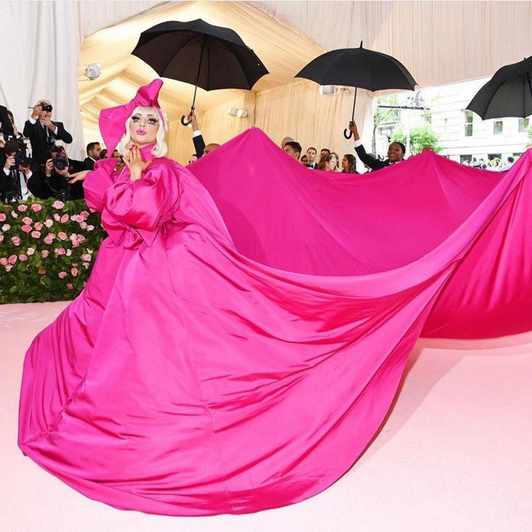 女神卡卡(Lady Gaga)桃紅色Brandon Maxwell大禮服。圖/取...