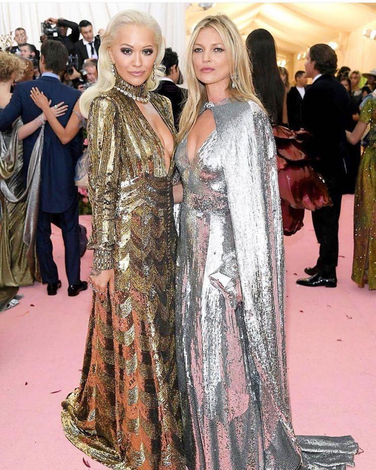 凱特摩絲和瑞塔歐拉的金銀禮服合體,變身為童話故事裡金、銀斧頭最當代的詮釋。圖/取...