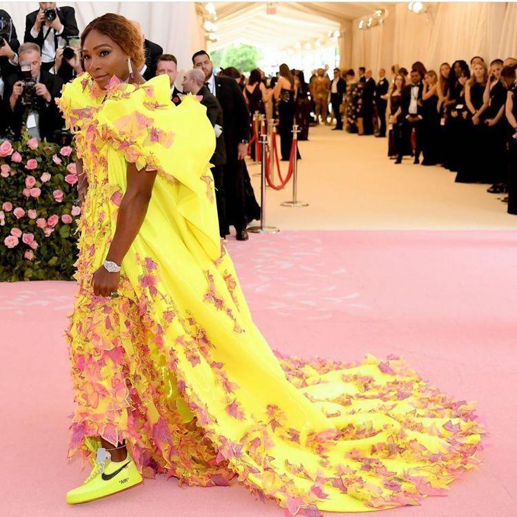瑟琳娜威廉斯身上穿的Versace禮服顏色相當搶鏡,球鞋是神來之筆。圖/取自IG