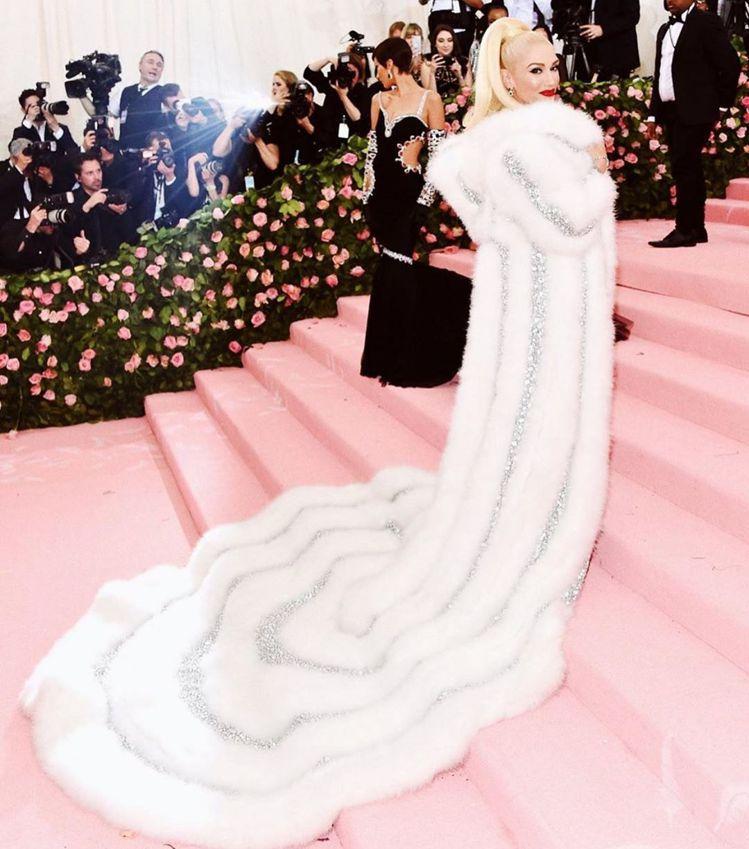 關史蒂芬妮的Jeremy Scott禮服有奢華裙擺。圖/取自IG