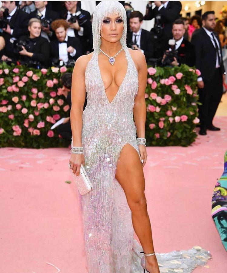 珍妮佛羅培茲穿著Versace,許多網友第一眼都覺得她這穿搭是西方崔苔青無誤。圖...