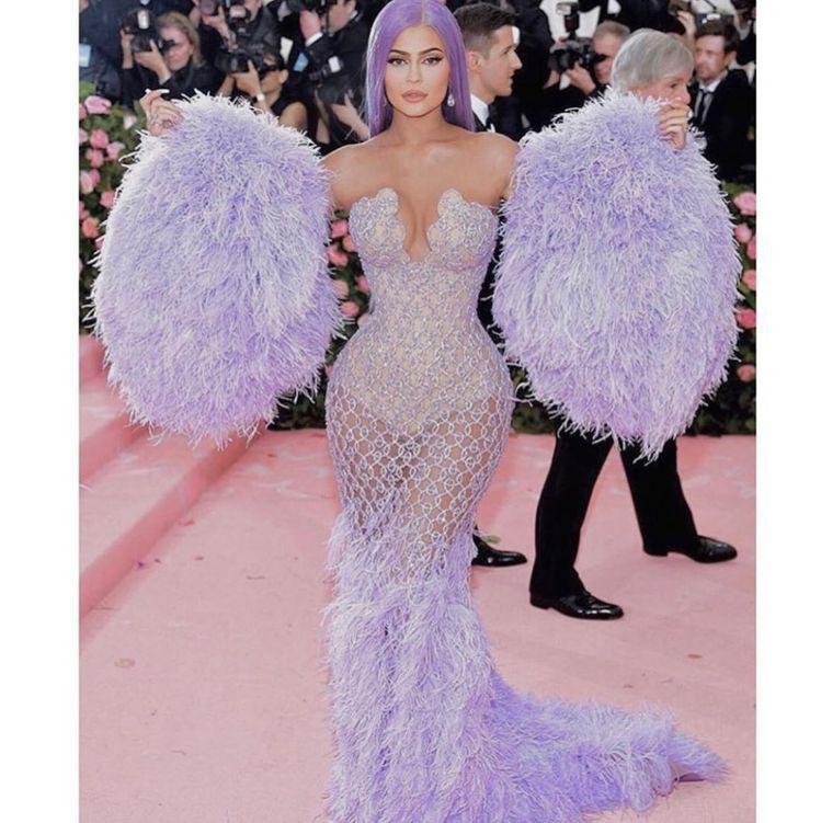 凱莉珍娜的Versace薰衣草紫色禮服色彩相當別緻。圖/取自IG