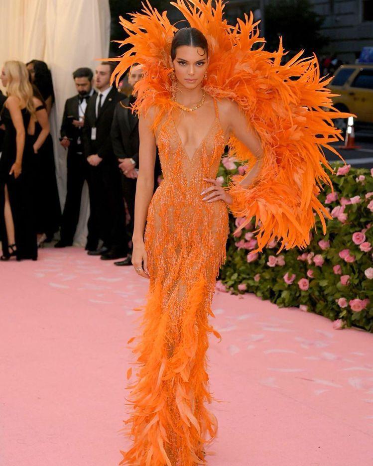 坎達爾珍娜的Versace訂製服,完全展現她的好身材。圖/取自IG