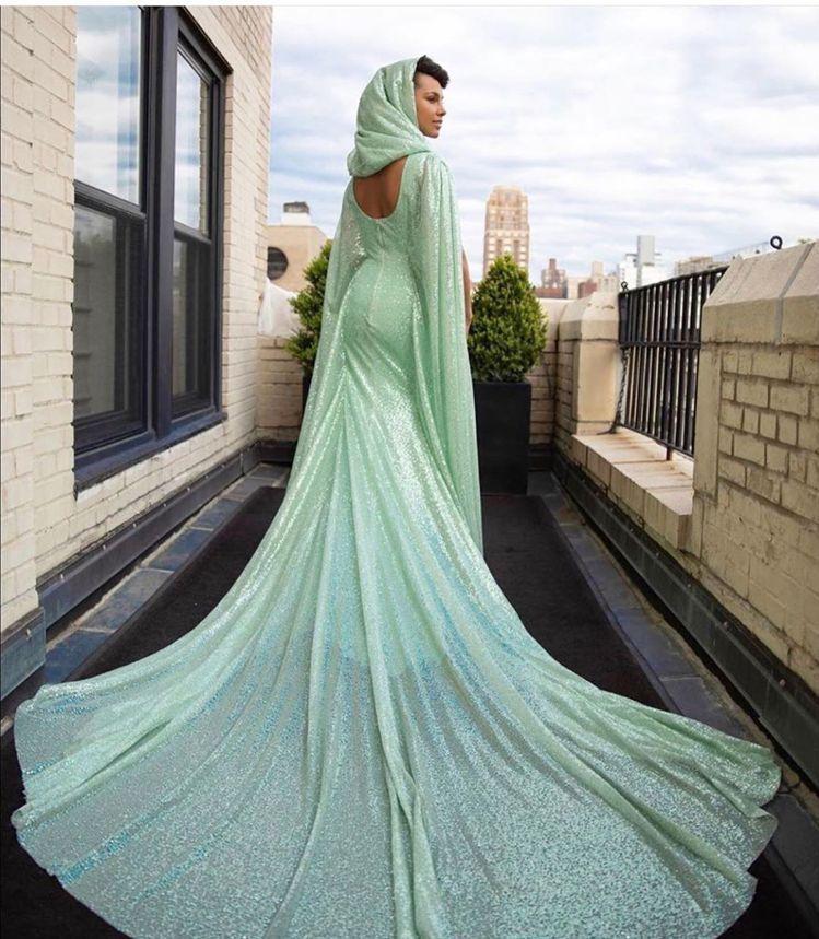 艾莉西亞凱斯以淡湖綠色CAROLINA HERRERA禮服,襯出高雅氣質。圖/取...