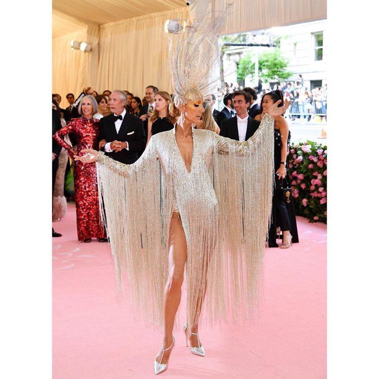 席琳狄翁穿Oscar de la Renta有羽飾也有亮片,一身嘉年華氛圍。圖/...