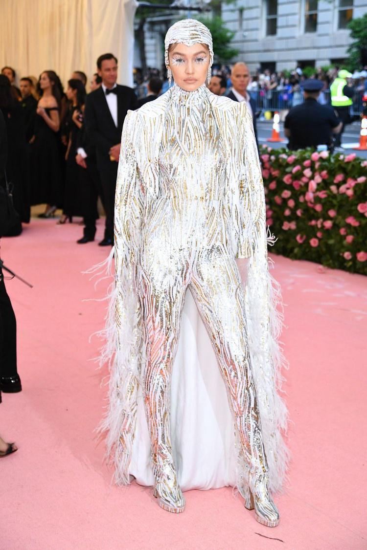 吉吉哈蒂德身上的金屬銀MICHAEL KORS訂製服很有未來感。圖/MICHAE...