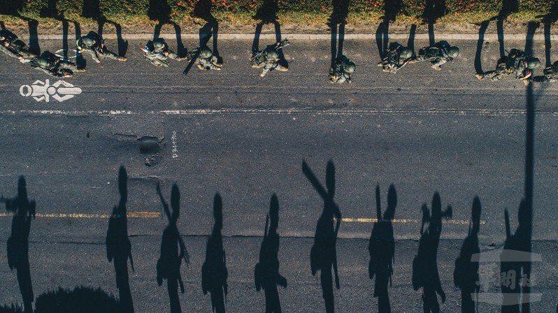 陳軍均拍攝陸戰隊員行軍的作品,獲得IPA攝影獎。圖/軍聞社提供