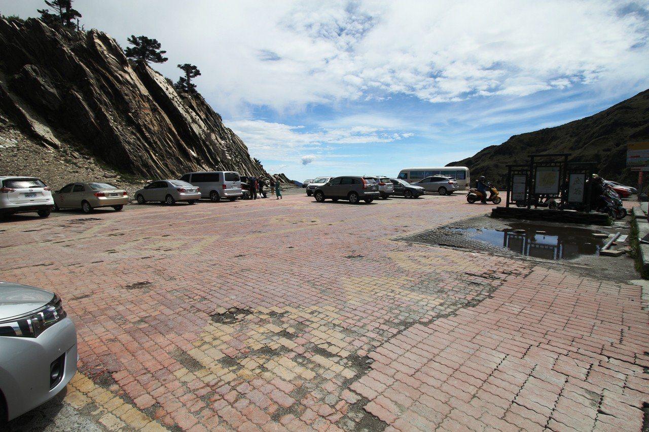 武嶺停車場因為路面破損,將從13日封閉整修。圖/東勢林管處提供