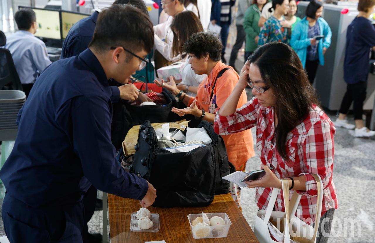 非洲豬瘟蔓延到香港,桃園機場防疫人員在手提行李入境防疫x光機檢查區進行百分百檢查...