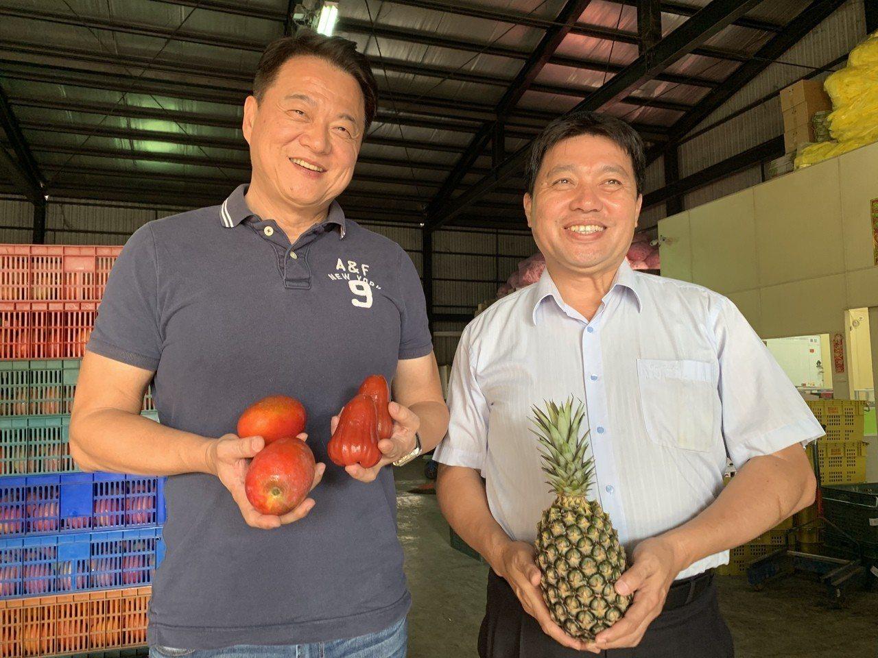 前台北縣長周錫瑋(左)今天到台南新營拜訪貿易商劉志華,對今年水果外銷大陸價量齊揚...
