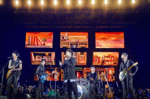 """五月天回到出道初期「藍色三部曲」的「Mayday 2019 Just Rock It!!!""""藍   BLUE""""」演唱會,3日起到12日一連6場與15萬歌迷在香港迪士尼樂園幻想道露天場地同歡,11日來..."""