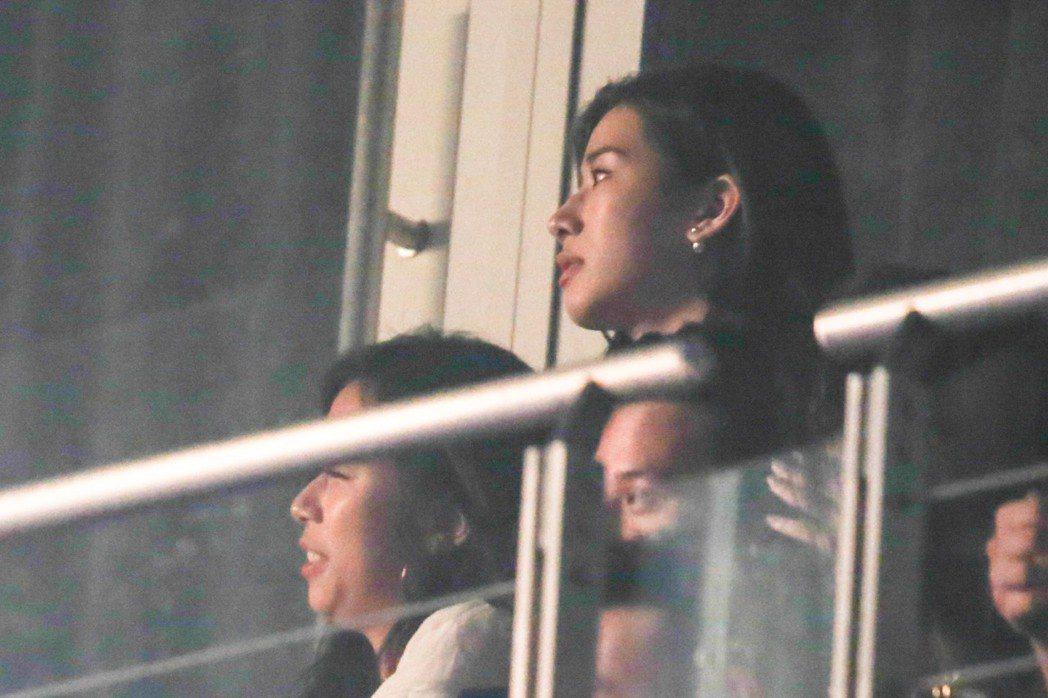 周興哲的女友趙岱新坐在包廂欣賞。記者葉信菉/攝影