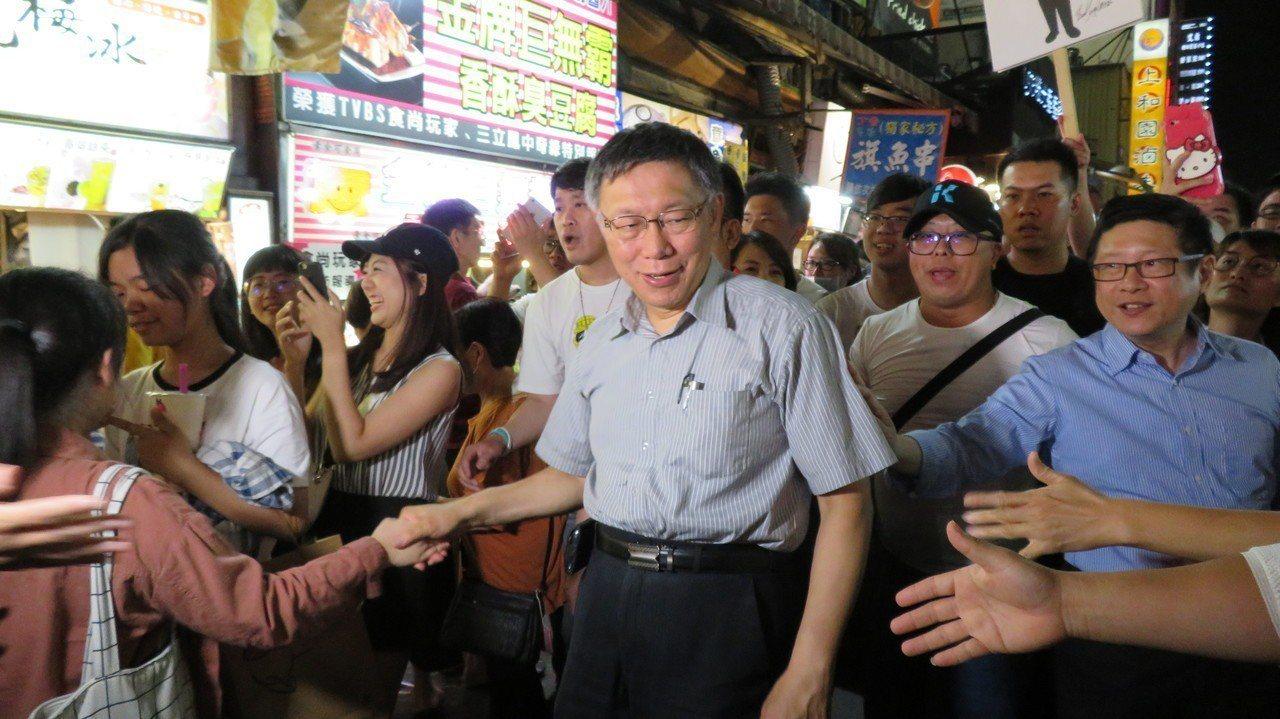 台北市長柯文哲今晚逛一中街夜市,逛街群眾爭相與柯文哲握手。記者洪敬浤/攝影