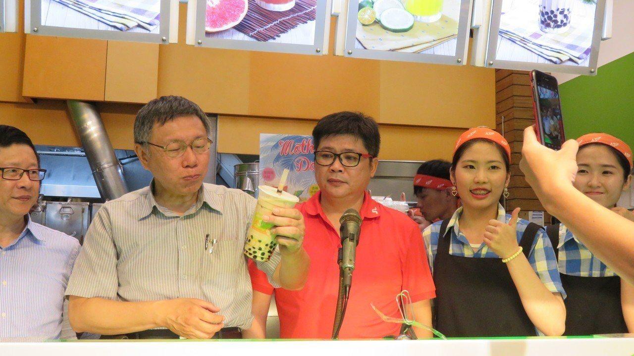 台北市長柯文哲今晚逛一中街夜市,現場喝波霸珍珠奶茶。記者洪敬浤/攝影