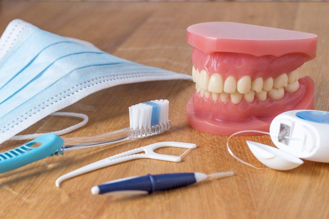 刷牙刷到牙齦流血,可能是牙周病前兆。圖123RF。