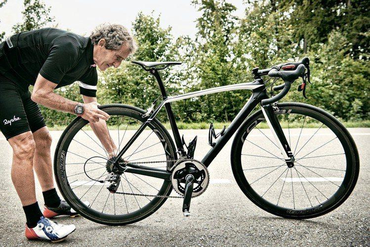 RM 70-01 Alain Prost陀飛輪腕表配戴者可以很直覺性的操作,把當...