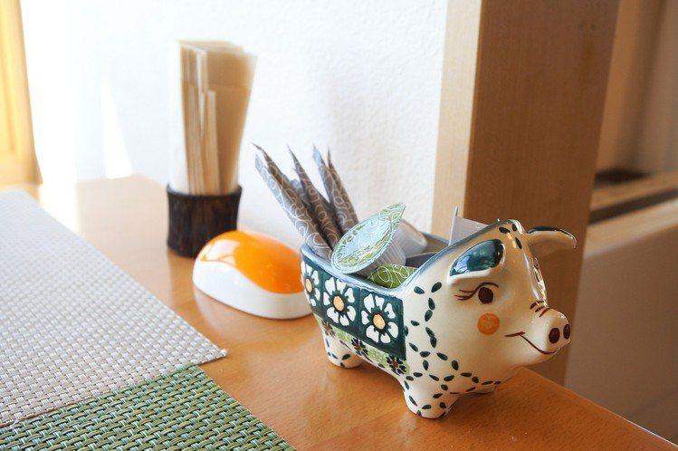 桌上充滿俏皮感的容器,增添店內的用餐樂趣。記者陳睿中/攝影