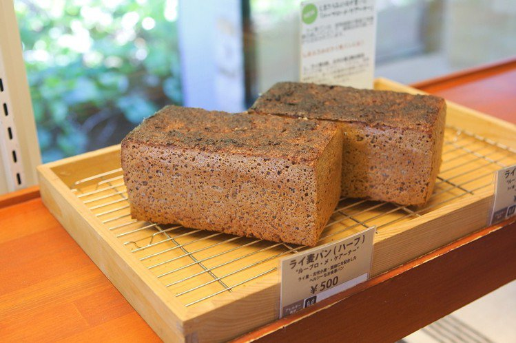 shimafumi店內的蛋糕、麵包,標榜使用北海道麵粉搭配在地天然酵母製作。記者...