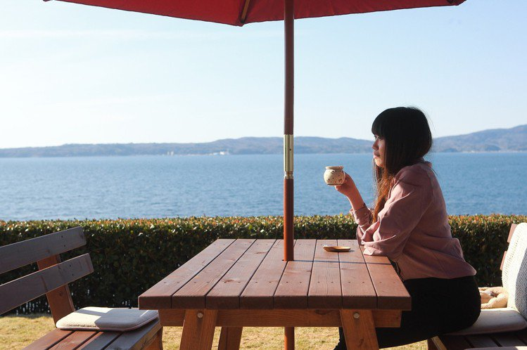 顧客可以坐在戶外區,享受海風吹拂與咖啡香。記者陳睿中/攝影