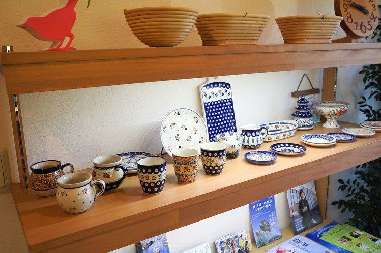 除了咖啡、茶點,shimafumi也直接販售店內所使用的餐具與食器。記者陳睿中/...