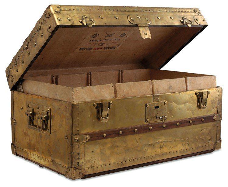 罕見1888年路易威登銅製Explorer行李箱,估價約390萬元起。圖/佳士得...